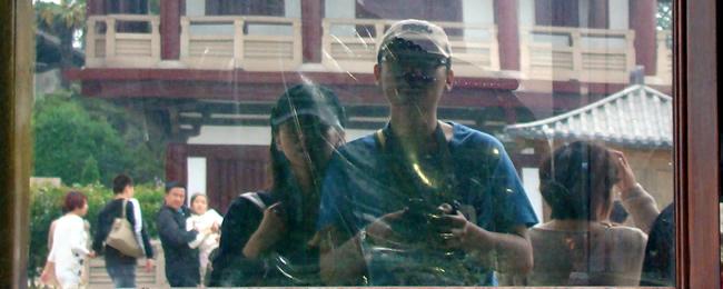 2012年5月1日,扬州大明寺,功德箱前。